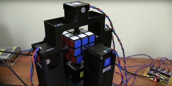 Американец напечатал робота для рекордно быстрой сборки кубика Рубика