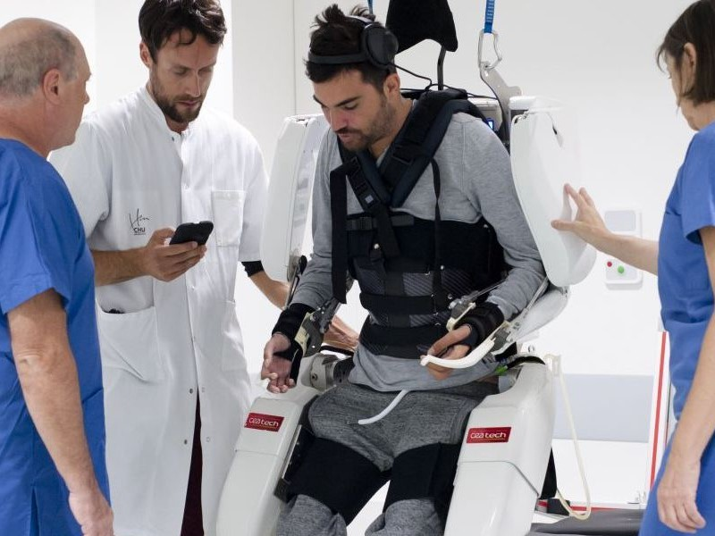 Биохакинг тела и мозга: парализованный мужчина смог ходить с помощью экзоскелета