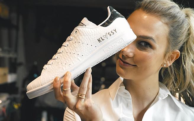 Что делала модель Карли Клосс на фабрике Adidas?