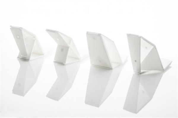 Дизайнер представляет проект обуви, созданной при помощи 3D-принтера