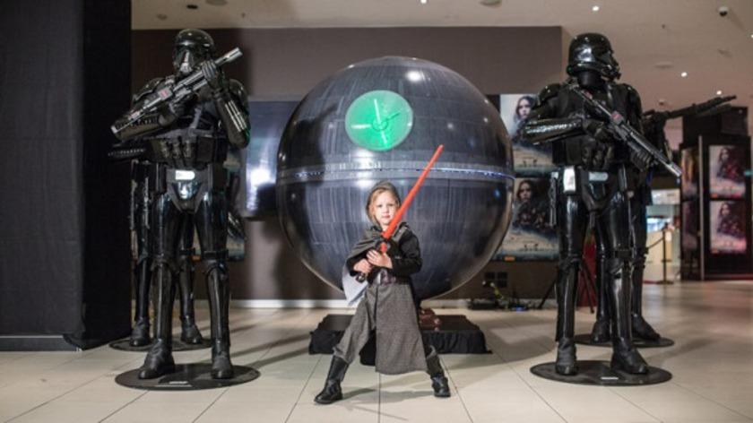 К мировой премьере новой части «Звёздных войн» по всему миру печатают «Звёзды смерти»