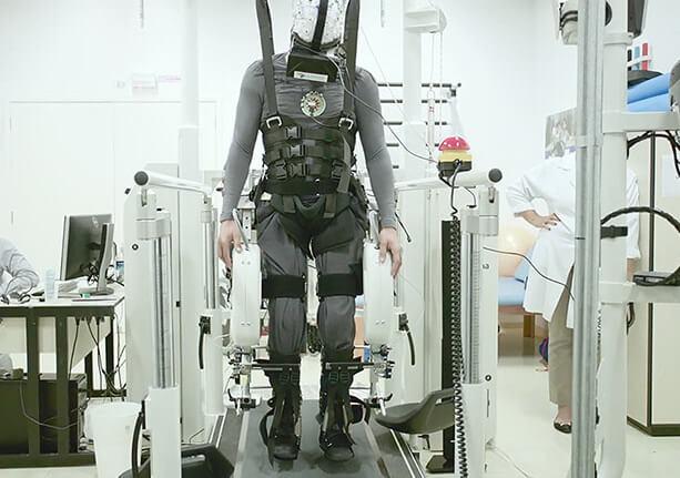 Как виртуальная реальность и экзоскелеты учат парализованных ходить