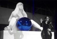 Леди Гага с голубым стальным шаром создана с помощью 3D печати