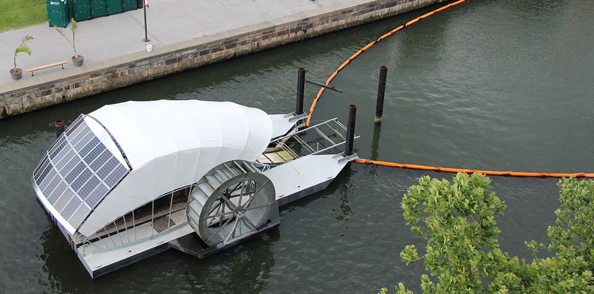 Лодка с солнечными батареями чистит реки от мусора