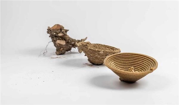 Промышленный робот 3D-печатает артефакты из смолы и песка