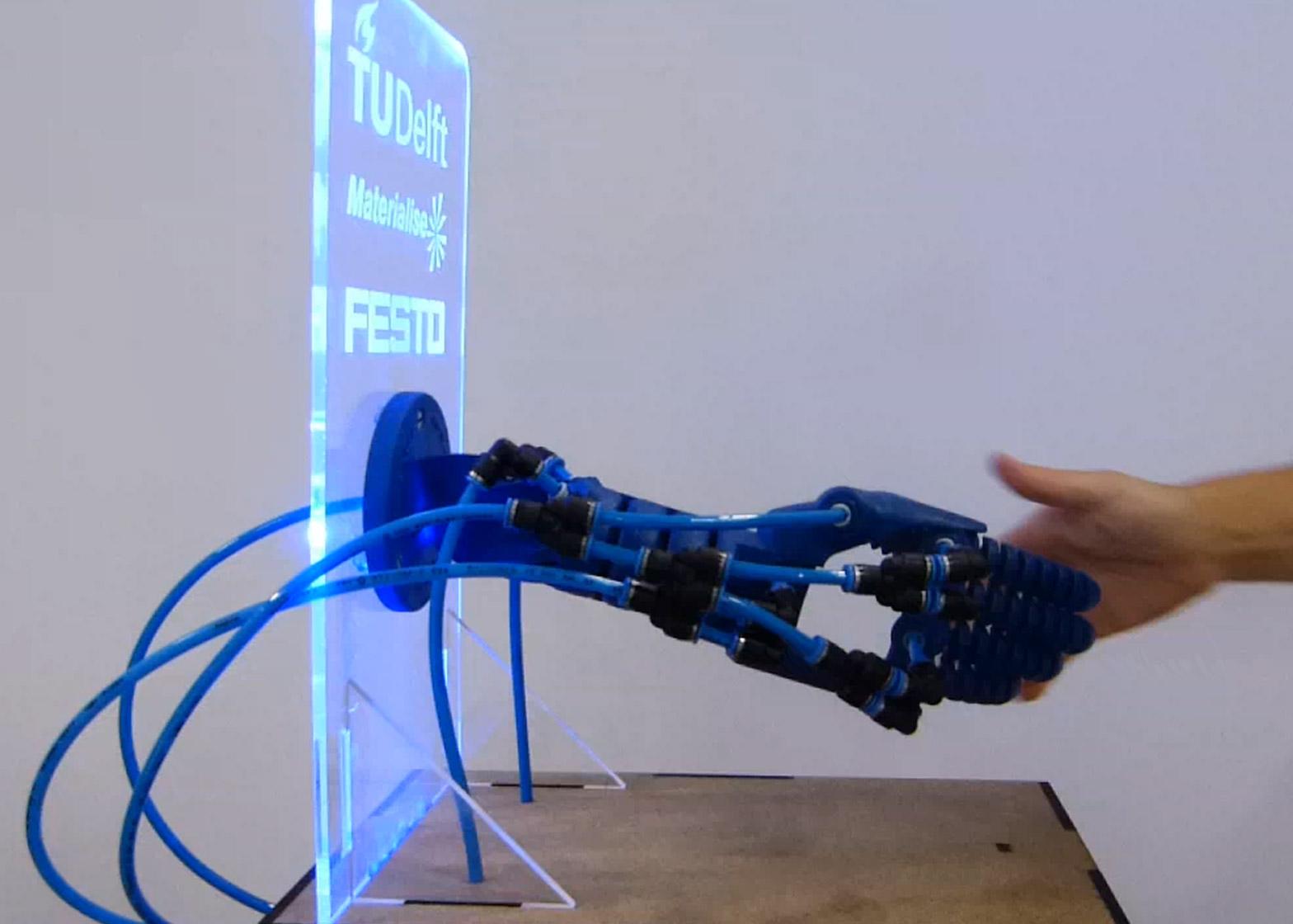 Роботизированная рука, созданная при помощи 3D-печати, способна ответить на рукопожатие
