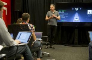Электрокар Tesla теперь управляется автопилотом