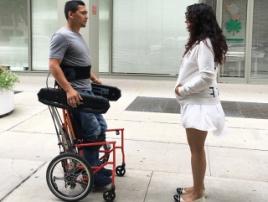 Инвалидная коляска, которой можно управлять в положении сидя и стоя
