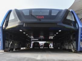 Китай показал первый в мире надземный автобус