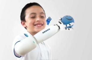 Лего-протез руки для детской креативности