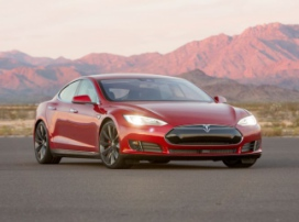 Не стоит распивать напитки, сидя в Tesla Model S P90D