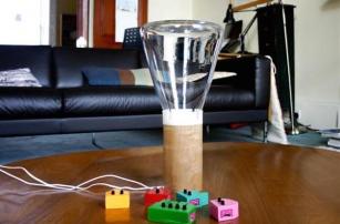 Стеклянный колпак создан с помощью 3D-технологий, позволяет увидеть и потрогать звук