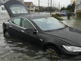Tesla Model S превратился в лодку во время ливней в Казахстане