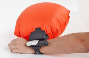 Умный браслет для защиты на воде