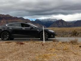 Водитель не смог завести смарткар Tesla из-за сбоя сотовой связи