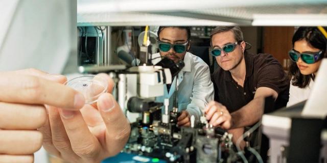 3D-печатные микроскопические устройства, направляющие световой пучок, как первый шаг в сторону супербыстрой обработки данных