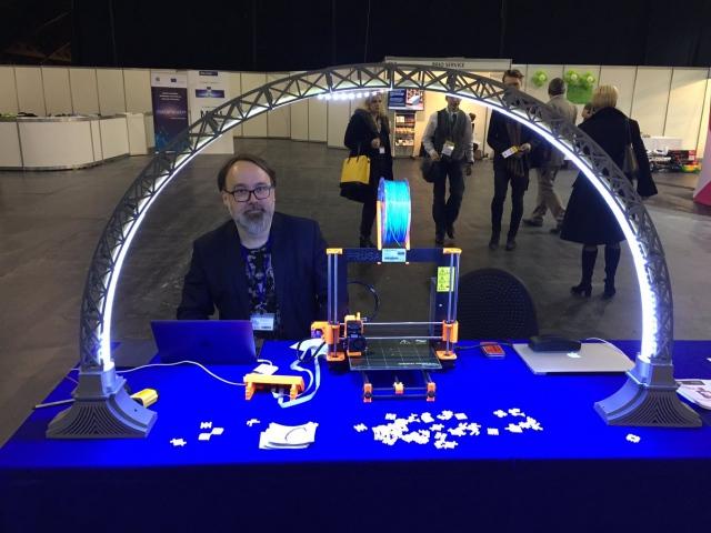 3D-печатный светильник от латвийского мастера обеспечивает подсветку со всех сторон