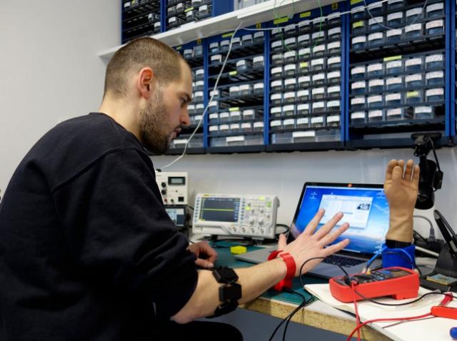 3D-печатный умный браслет поможет людям с протезами верхних конечностей пользоваться мышкой