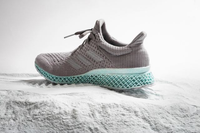 Adidas будет превращать мусор в новые кроссовки