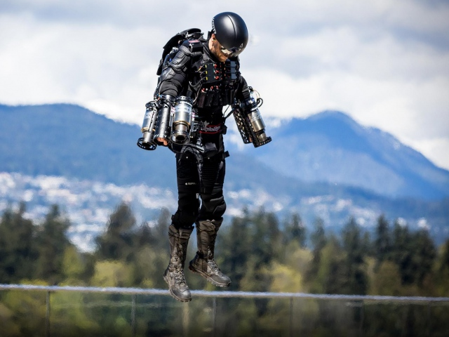 Бэтмен уже не в моде: надевай костюм и лети
