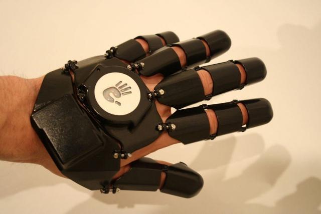Дизайнер напечатал на 3D-принтере первый телефон-перчатку Glove One
