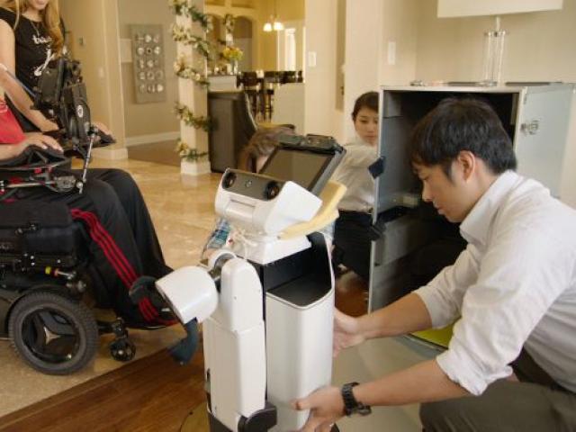 Домашний робот от Toyota помогает американскому ветерану