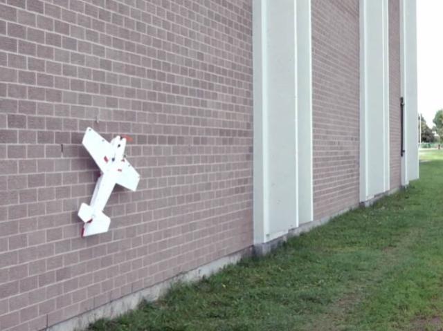 Дрон, который приземляется на стены (видео)