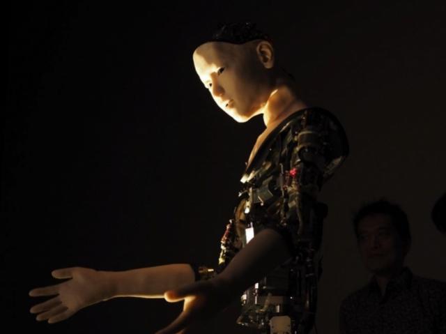 Гуманоидный робот реагирует на происходящее вокруг