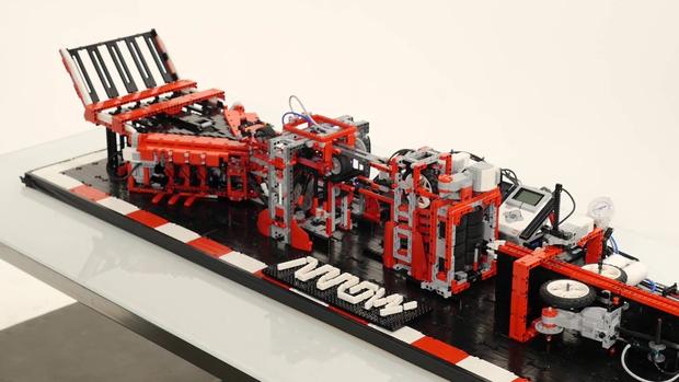 Из LEGO собрали робота для сборки и запуска бумажных самолетиков