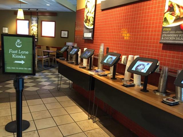 Как роботы вытесняют коллег-людей в ресторанах быстрого питания
