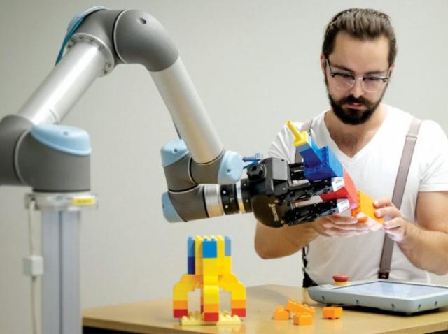 Компания Universal Robots дистанционно научит программировать роботов