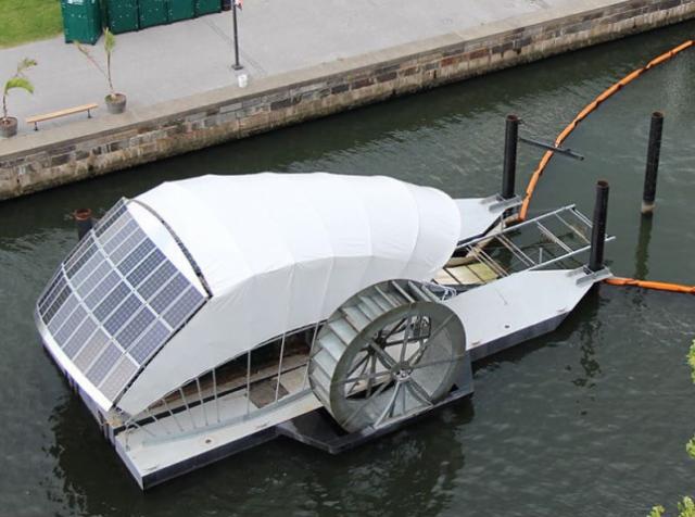 Човен з сонячними батареями чистить річки від сміття