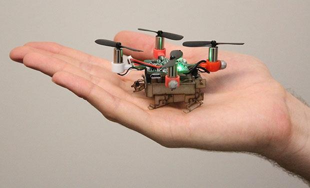 Маленький робот-дрон может летать, ходить и захватывать предметы