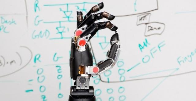 Механическая рука передает ощущения