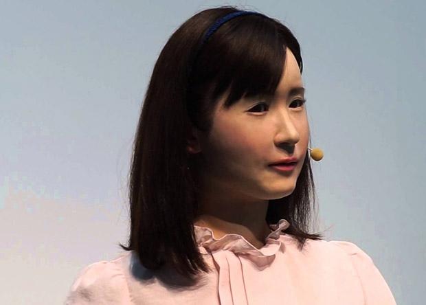 Младшая модель человекоподобного робота устроилась на работу