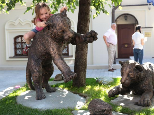 Monument to the baby tigers in the center of Moscow is created with a 3D printer