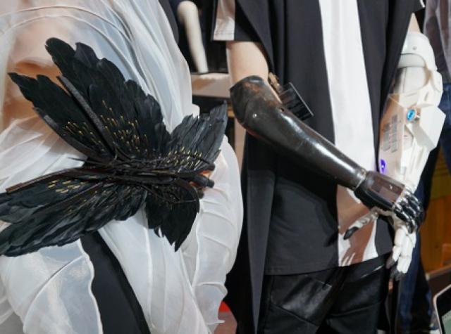 На Mercedes-Benz Fashion Week показали дизайнерские 3D-печатные протезы