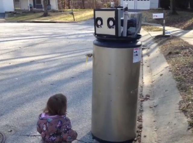 Необычайно милое видео о девочке и «роботе» покорило Интернет