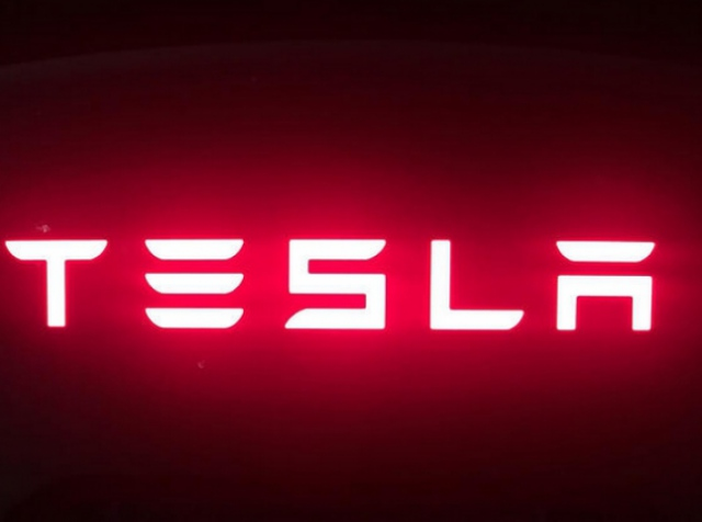 Gigafactory building and Tesla battery (video)