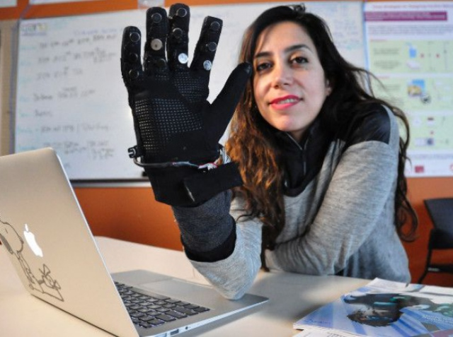 Перчатки Flex-N-Feel позволяют обнимать человека на расстоянии