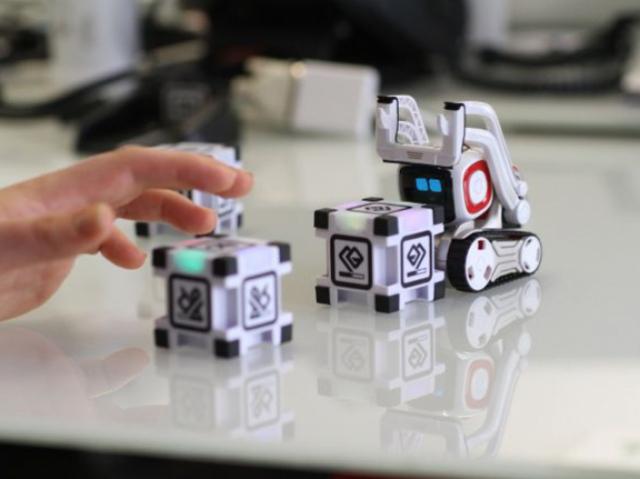 Робот Cozmo позволит ребенку примерить на себя роль строителя