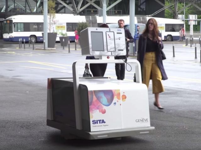 Робот Лео принимает багаж пассажиров на входе в аэропорт Женевы