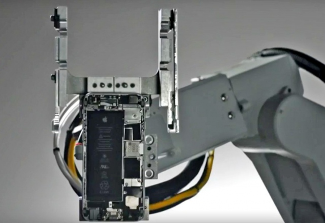 Робот Liam разбирает старые айфоны на запчасти