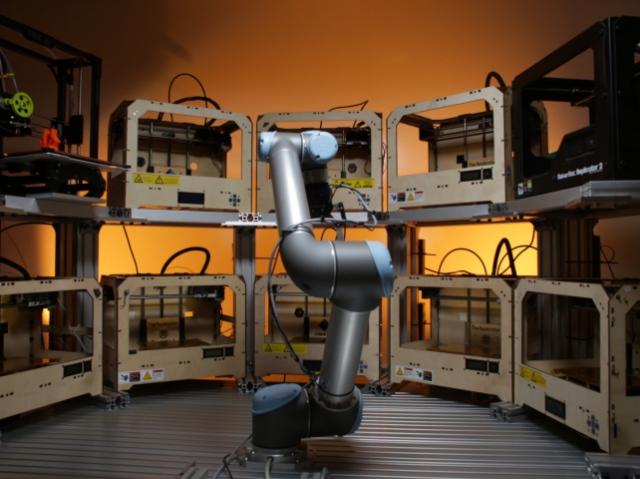 Робот керуватиме тридцятьма 3d-принтерами