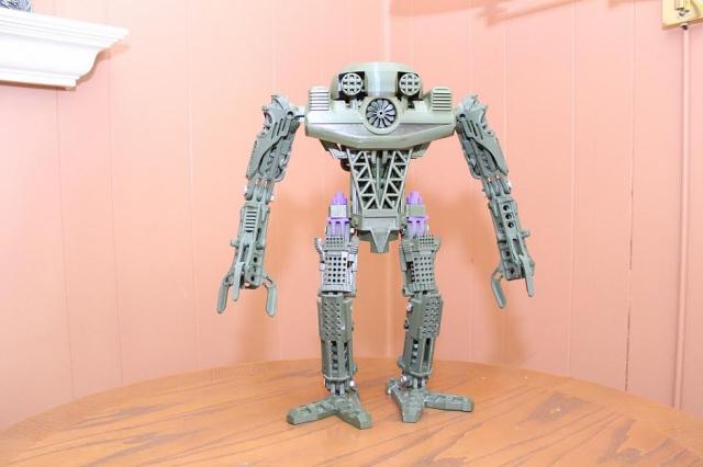 Робот высотой 61 см., напечатанный на 3D-принтере старшеклассником
