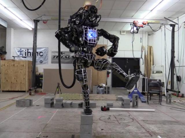 Робота Atlas научили балансировать на одной ноге и выносить мусор