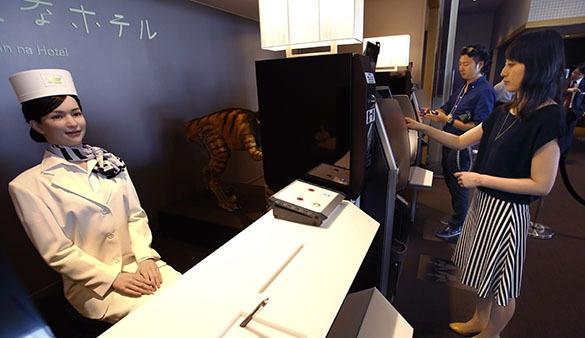 Роботы вместо обслуживающего персонала в японском отеле