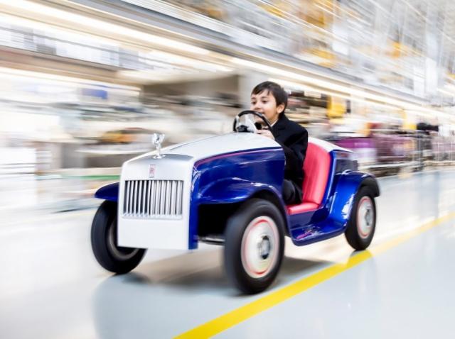 Rolls-Royce подарил детскому госпиталю мини-версию своего автомобиля