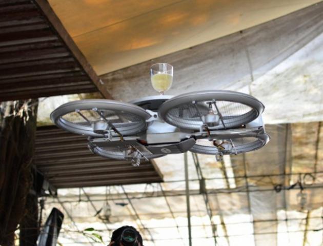 Сеть ресторанов стала использовать  дронов в качестве летающих  подносов