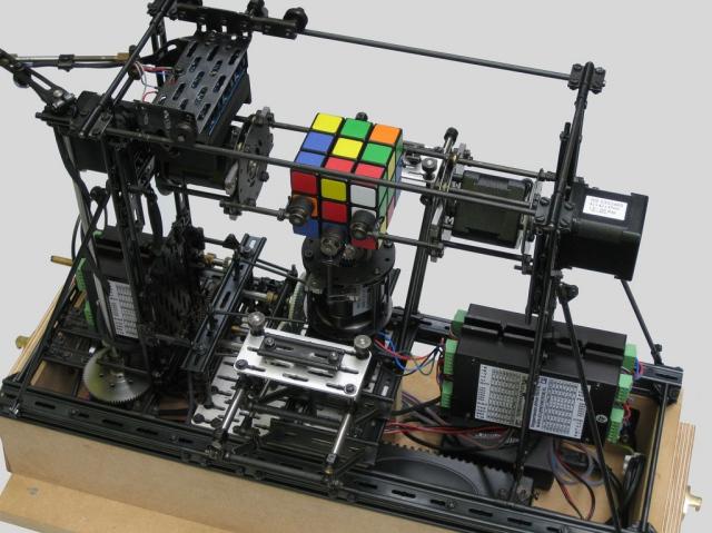 Совладать с кубиком Рубика теперь может робот
